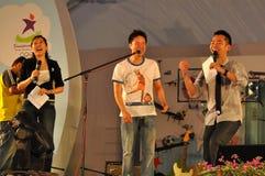 ¡Ordenadores principal y cantante del acontecimiento en etapa durante la PODER! partido Fotos de archivo libres de regalías