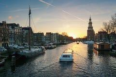 ¡Oudeschans anal de Ð en la puesta del sol en el centro de Amsterdam Fotografía de archivo