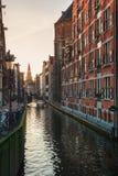 ¡Oudezijds anal Kolk de Ð en el centro de Amsterdam Foto de archivo libre de regalías