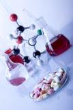 ¡Píldoras y átomos! Foto de archivo
