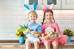 ¡Pascua feliz! niños divertidos divertidos l con las liebres de los oídos que consiguen rea fotografía de archivo libre de regalías
