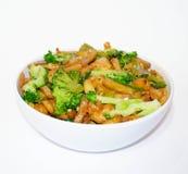 ¡Pollo, patatas y bróculi en un cuenco blanco! imagen de archivo