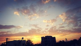 ¡Puesta del sol! ¡Porciones de colores hermosos! Foto de archivo