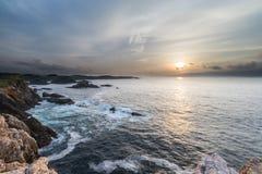 ¡Puesta del sol en las costas de Galicia, España! imagen de archivo libre de regalías