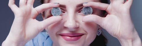 ¡Quiero ser rico! Monedas en los ojos como símbolo del amor al dinero fotos de archivo
