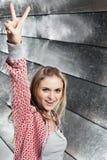 ¡Retrato de la chica joven que muestra la V-Victoria del gesto! Fotografía de archivo
