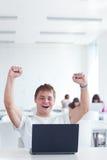 ¡Sí! - estudiante universitario de sexo masculino joven feliz Imagen de archivo