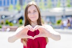 ¡Te amo! ¡Envíele mi corazón! Envejezca al novio adolescente l de la esposa del marido fotos de archivo libres de regalías
