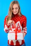 ¡Tenga vacaciones de invierno agradables! La muchacha hermosa joven está abriendo Chr foto de archivo libre de regalías
