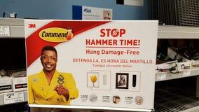 ¡tiempo del martillo de 3M Command Brand Stop! Hang Damage-Free en Lowe's interior imágenes de archivo libres de regalías