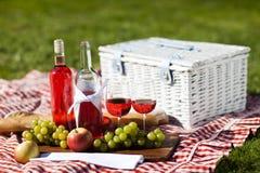 ¡Tiempo del vino y de la comida campestre! fotos de archivo