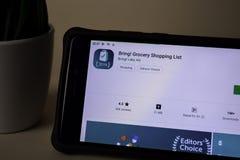¡Traiga! Uso del revelador de la lista de compras en la pantalla de Smartphone ¡Traiga! es a imagen de archivo libre de regalías