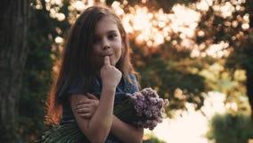 ¡Una niña con un ramo de flores salvajes en el bosque para un paseo! almacen de metraje de vídeo