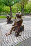 «żaby w błoniu «brązowa rzeźba zdjęcia royalty free