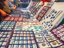 «Madrid, Spain» ; 11-11-2018 : Stalle du marché avec des boucles d'oreille et des pendants de couleurs et des formes et de l photos libres de droits