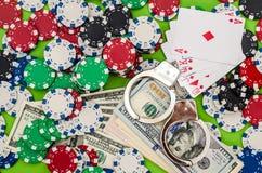 «kara i uprawiać hazard «na zielonym tle, fotografia stock