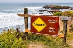 «niebezpieczeństwo, niestałe falezy, pobyt z powrotem «podpisuje fotografia stock