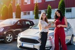 «samochodu czynszu «transakcja między dwa pięknymi kobietami fotografia royalty free