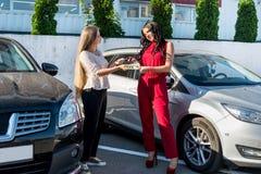 «samochodu czynszu «transakcja między dwa pięknymi kobietami fotografia stock