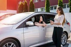«samochodu czynszu «transakcja między handlowem i klientem obrazy stock