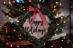 «Szczęśliwi wakacje pisać na drewnianej dekoracji z czerwienią paskowali faborek obrazy royalty free