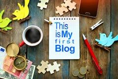 «To jest mój pierwszy blog «wprowadzenie pisać w papierowym notatniku Blogging i podróżny pojęcie obraz stock