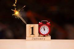 1° gennaio giorno 1 dell'insieme di gennaio sul calendario di legno con fondo scuro Orario invernale fotografie stock libere da diritti