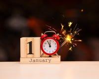 1° gennaio giorno 1 dell'insieme di gennaio sul calendario di legno con fondo scuro Orario invernale immagini stock libere da diritti
