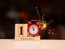1° gennaio giorno 1 dell'insieme di gennaio sul calendario di legno con fondo scuro Orario invernale fotografia stock