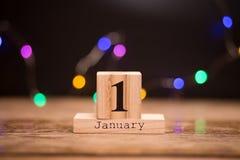 1° gennaio giorno 1 dell'insieme di gennaio sul calendario di legno con fondo scuro Orario invernale festa fotografie stock libere da diritti