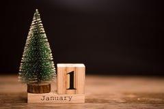 1° gennaio giorno 1 dell'insieme di gennaio sul calendario di legno con l'albero di Natale Orario invernale festa immagine stock libera da diritti