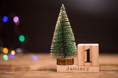 1° gennaio giorno 1 dell'insieme di gennaio sul calendario di legno con l'albero di Natale Orario invernale festa fotografia stock libera da diritti