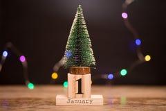 1° gennaio giorno 1 dell'insieme di gennaio sul calendario di legno con l'albero di Natale Orario invernale festa immagini stock libere da diritti