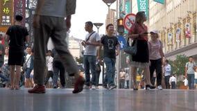 1° luglio 2018 la Cina, Shanghai La gente che cammina la via pedestrianized video d archivio
