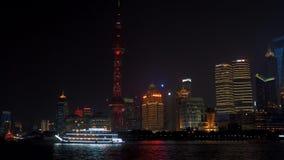 1° luglio 2018 la Cina, Shanghai Vista di notte dell'orizzonte di Lujiazui come visto da Bund, attraverso il fiume Huangpu, con archivi video