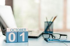1° ottobre giorno 1 del mese, calendario sul fondo del posto di lavoro dell'insegnante Autumn Time Spazio vuoto per testo Fotografia Stock Libera da Diritti