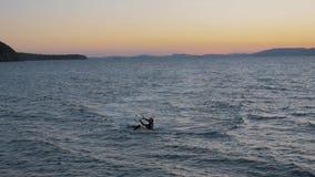 1° settembre 2018 Città di Vladivostok, Russia Aquilone-praticando il surfing contro un bello tramonto Siluetta di kitesurfer archivi video