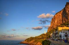 ¹ de CefalÃ, Italia, Sicilia 16 de agosto de 2015 Los callejones del ¹ del cefalà ese viento en el pie de la fortaleza detrás de  imagenes de archivo