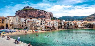 ¹ de CefalÃ, paraíso de Italia y Sicilia foto de archivo