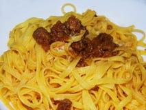 ¹ för tagliatellealragÃ, italiensk mat, på vit bakgrund fotografering för bildbyråer