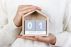 1º de janeiro no calendário a menina está guardando um calendário de madeira Ano novo DIA DO MUNDO DA PAZ Festa de Mary imagens de stock