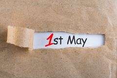 1º de maio o dia 1 de pode o mês, calendário no fundo rasgado do envelope Tempo de mola, dia Labour internacional Fotos de Stock Royalty Free