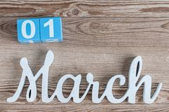 1º de março dia 1 do mês do março, calendário da cor no fundo de madeira Começo do tempo de mola Fotos de Stock Royalty Free