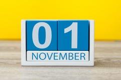 1º de novembro dia 1 do mês, calendário de madeira da cor no fundo amarelo Autumn Time Foto de Stock