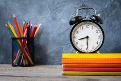 1º de setembro cartão do conceito, dia dos professores, de volta à escola ou à faculdade, fontes, despertador foto de stock royalty free