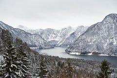 ¼ Ansicht von Berà hmtem Hallstätter sehen und von österreichischen Alpen in Hallstatt Winter lizenzfreies stockfoto