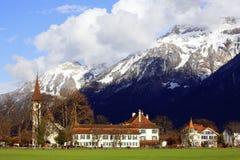 ¼ Interlaken de constructions et de Mountainï Images stock