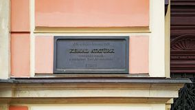 ¼ Karlovy Varys Mustafa Kemal Atatà rk Erinnerungsbrett auf einem historischen Gebäude stockfotografie