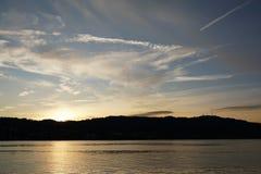¼rich för sjö ZÃ med Uetliberg i Zollikon i ¼rich för kanton ZÃ Arkivbild