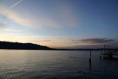 ¼rich för sjö ZÃ med Uetliberg i Zollikon i ¼rich för kanton ZÃ Royaltyfria Bilder